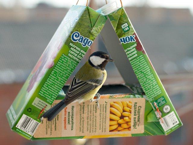 Кормушки для птиц своими руками из коробки фото